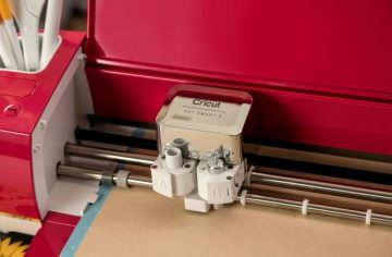 The Explore Air 2 has a double tool holder to cut and draw at the same time.
